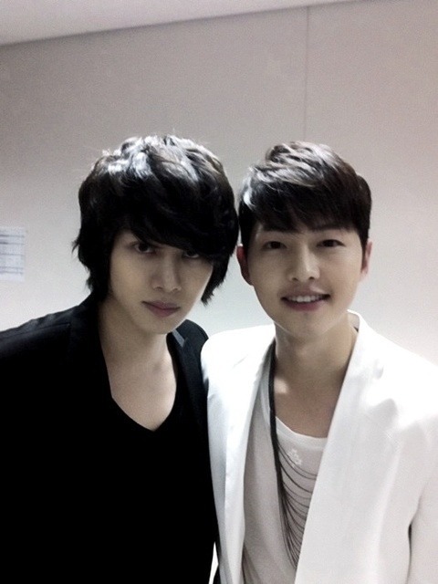 http://13flowerboys.files.wordpress.com/2011/05/heechulsongjoongki.jpg